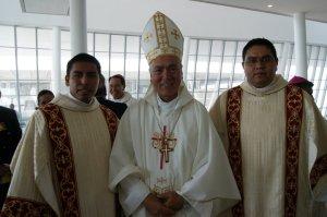 Los diáconos Carlos Sánchez y René Huerta junto a Mons. Ruy Rendón Leal