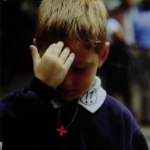 niño señal de la cruz